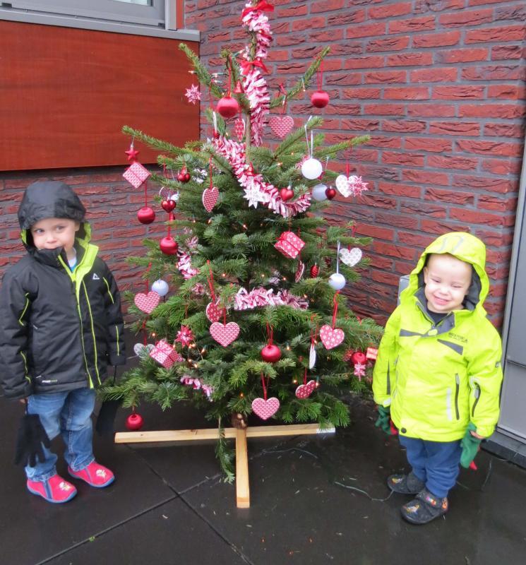 twee jongens bij kerstboom