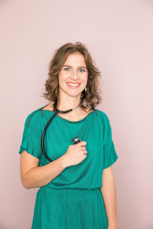 jonge vrouw met stethoscoop en groene jurk