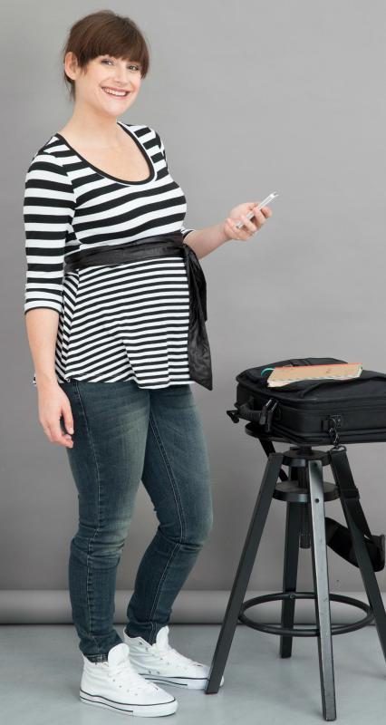 zwangere vrouw met gsm in de hand
