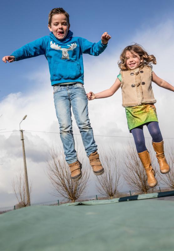 jongen en meisje op de trampoline