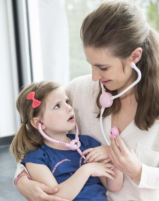 mama met dochter en stethoscoop