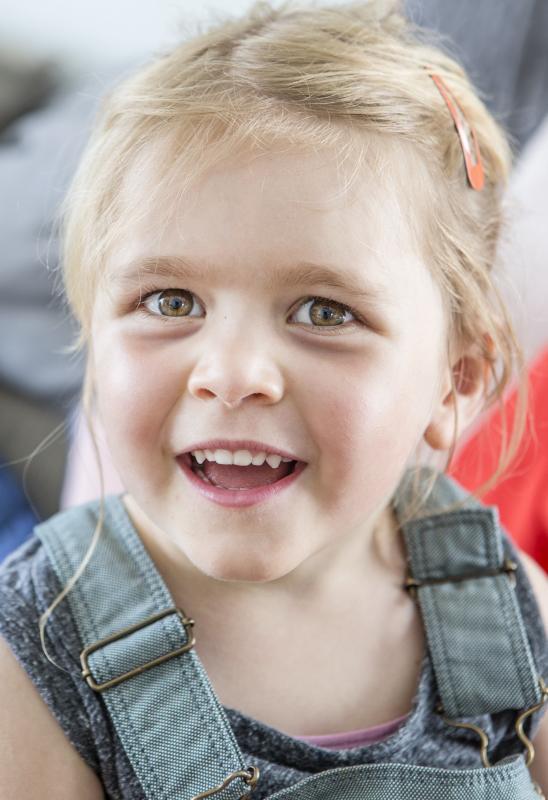 klein meisje dat lacht