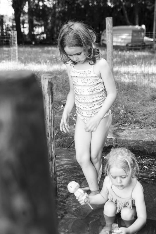 twee meisjes in water