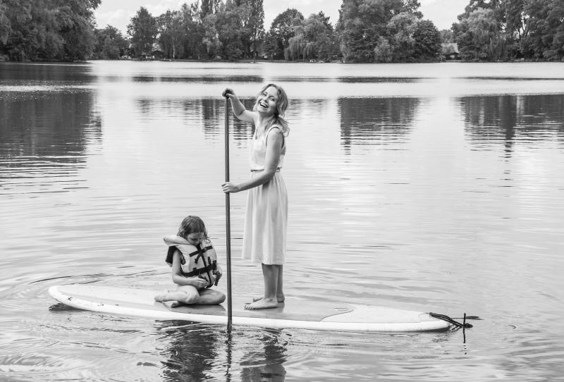mama met dochter op surfplank