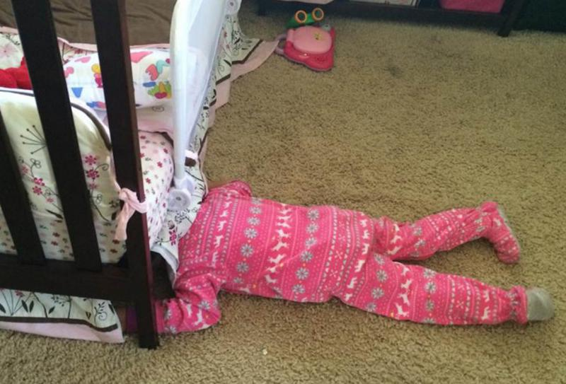kind verstopt onder bed