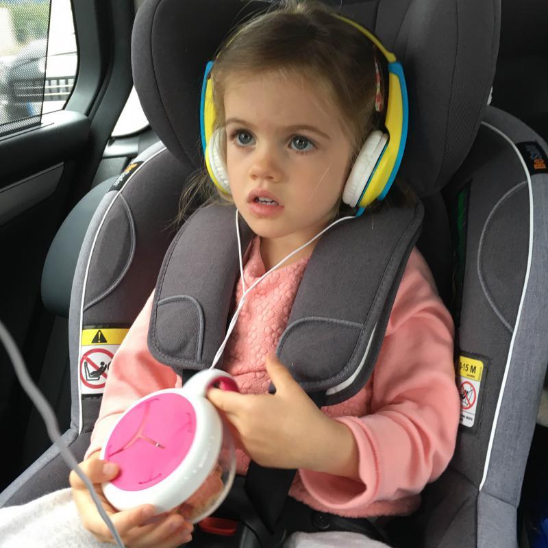 meisje met koptelefoon in auto