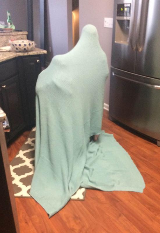 kind verstopt onder deken