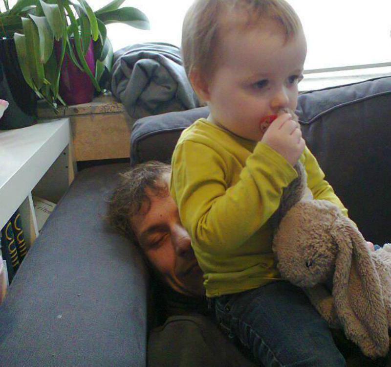 kindje zit op papa