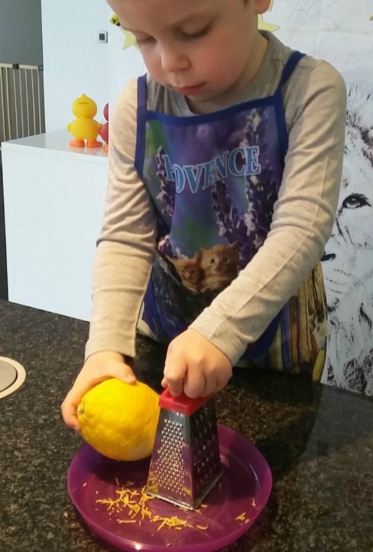 jongetje raspt een citroen