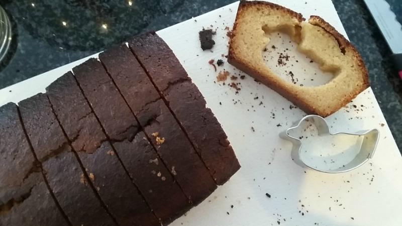 cakevorm uit de witte cake gehaald