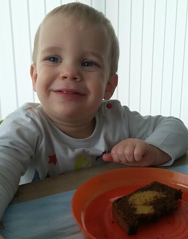 jongentje eet kiekeboecake