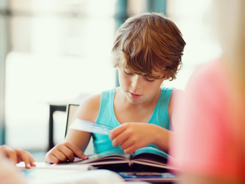 jongen studeert
