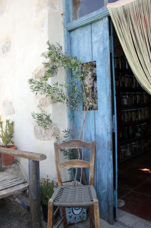 oude blauwe deur met stoel
