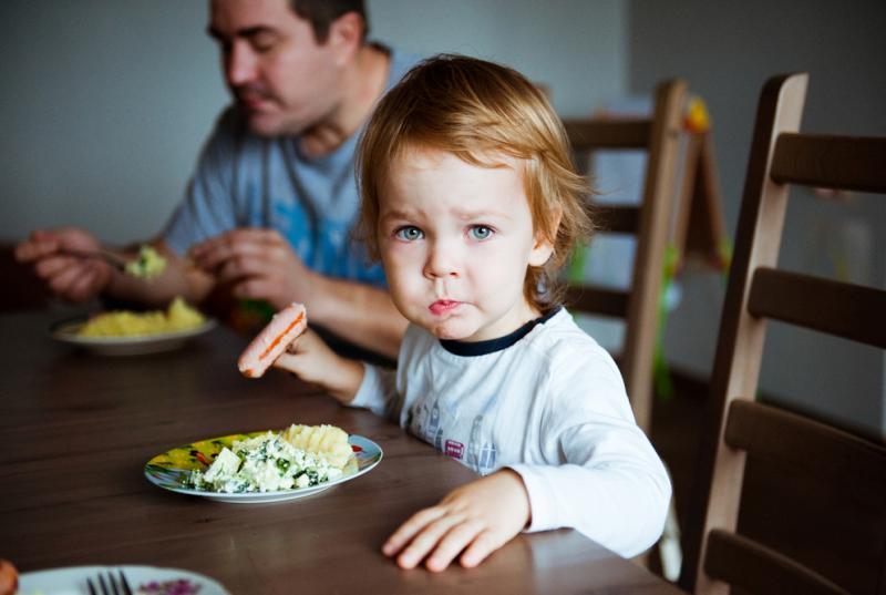 vader met dochter aan ontbijt