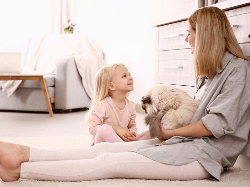 moeder met dochter en kat