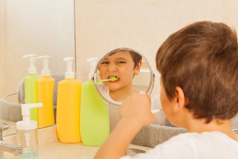 jongen poetst tanden