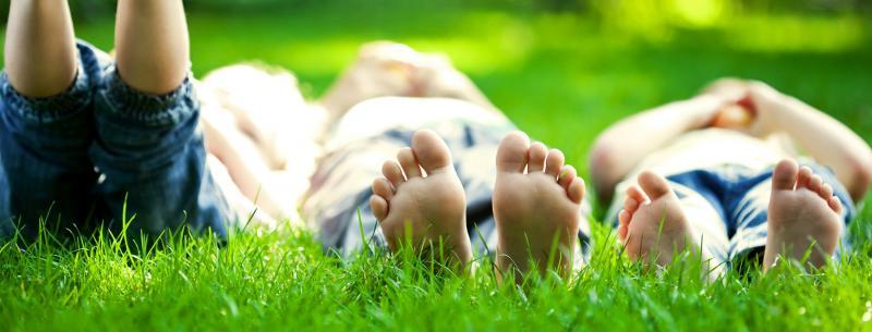 kinderen liggen in gras