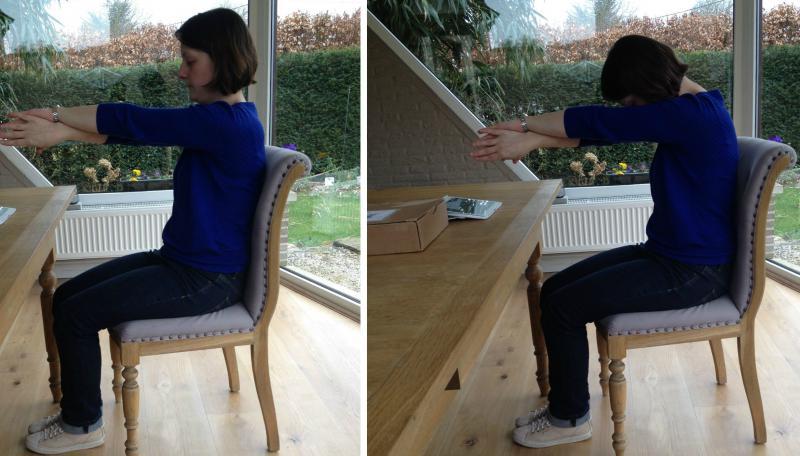 vrouw doet stretchoefening op stoel